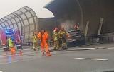 Pożar na AOW. Auto stanęło w płomieniach na wyjeździe z Wrocławia [ZDJĘCIA]