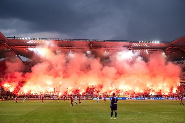Polskich kibiców nie zniechęca konieczność spędzenia dużej ilości czasu w podróży, jeśli może to przynieść możliwość wspólnego przeżywania bezcennych emocji na stadionie.