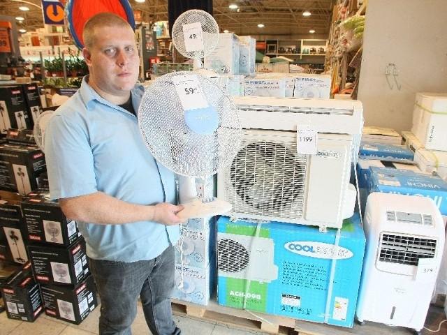 Jak się ochłodzić? Wiatrak, klimator czy klimatyzator? Radzimy co wybraćW Nomi w Kielcach można kupić wentylatory, klimatory i klimatyzatory. – Ceny są zróżnicowane, najtańszy wiatrak kosztuje 34,98 złotych – mówi Paweł Horodyński, koordynator działu sprzedaży.