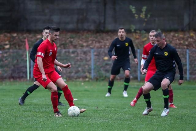 Ostatni mecz piłkarzy Wieczystej (w czarnych strojach) w klasie okręgowej, rozegrany 2 listopada 2019 roku na wyjeździe z Prokocimiem (1:1)