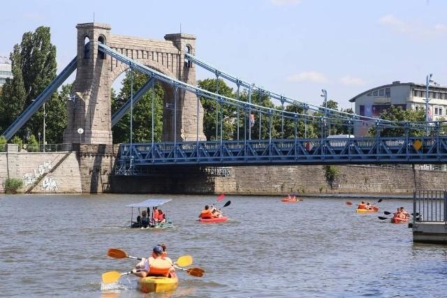 Ciepłe letnie dni sprzyjają spędzeniu czasu nad wodą. Wrocławianie chętnie korzystają z możliwości, które daje im Odra. Żegluga śródlądowa we Wrocławiu prężnie się rozwija, widać coraz więcej łodzi, statków, katamaranów, czy kajaków, rowerów wodnych i desek SUP. Tak spędzamy czas nad rzeką we Wrocławiu i okolicach. Zobacz na kolejnych slajdach jak spędzamy czas nad rzeką we Wrocławiu i okolicach - posługuj się myszką, klawiszami strzałek na klawiaturze lub gestami