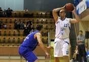 Łukasz Biela (z piłką) wraca do szczecińskiej koszykówki w nieco innej roli.
