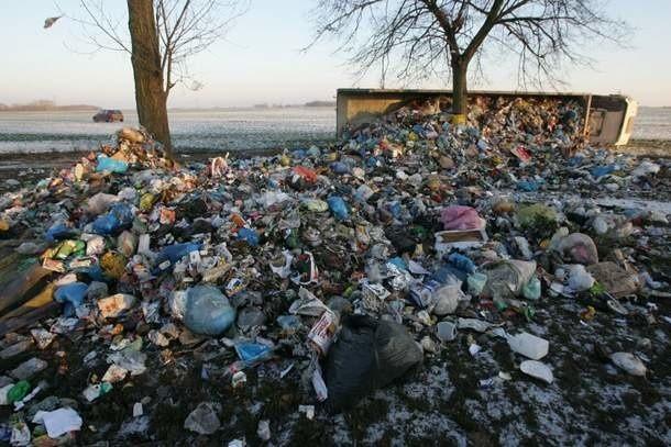 Z ciężraówki wysypały się śmieci.
