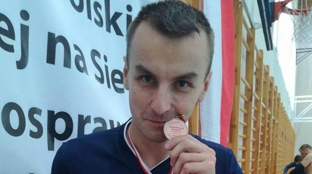 Michał Szafrański z brązowym medalem Mistrzostw Polski w Piłce Siatkowej na Siedząco.