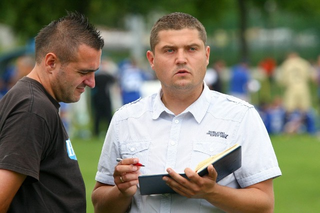 Jarosław Piskorz (z lewej) zdobył bramkę na 2:0 w Wejherowie. Obok trener Krzysztof Kapuściński.