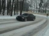 Szalony kierowca BMW urządza sobie na drodze zabawę (wideo)