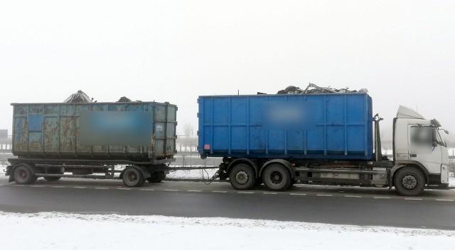 Właściciel pojazdu zostanie ukarany za dopuszczenie do ruchu ciężarówki bez ważnych badań technicznych i z niezabezpieczonym złomem