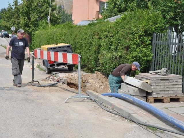 Roboty kanalizacyjne przy Buskiej 10 i 12 potrwają do końca sierpnia