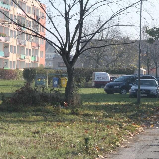 Działki budowlane znajdują się w pobliżu osiedla przy ul. Słowackiego i w sąsiedztwie kąpieliska przy ul. Korfantego.
