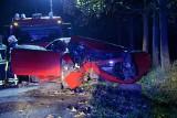 Wypadek w Szynwałdzie. Kierowca uderzył w drzewo. Był kompletnie pijany, miał prawie 5 promili! [zdjęcia]