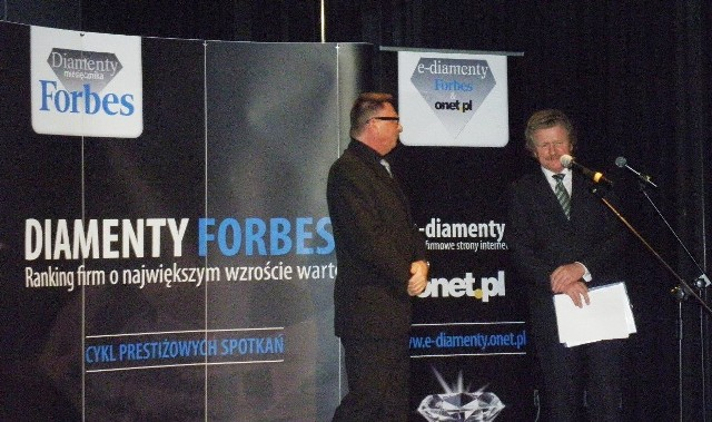 Przedstawiciele zwycięskich firm odbierali symboliczne diamenty z rąk Kazimierza Krupy, redaktora naczelnego magazynu Forbes