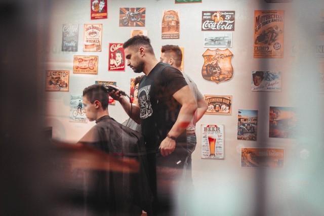 Rząd zgodził się na otwarcie salonów kosmetycznych i fryzjerskich oraz innych zakładów branży beauty od poniedziałku, 18 maja. Nowe otwarcie dla branży, to także nowe zasady ich funkcjonowania. - Nie może być poczekalni w zakładach fryzjerskich czy kosmetycznych. Ludzie nie mogą być stłoczeni podczas czekania na usługę. Umawiajmy się na konkretną godzinę – przestrzegał minister zdrowia Łukasz Szumowski.Sprawdź na kolejnych slajdach szczegółowe zasady i obowiązki, jakie mają obowiązywać podczas wizyty u fryzjera i kosmetyczki - posługuj się klawiszami strzałek, myszką lub gestami.