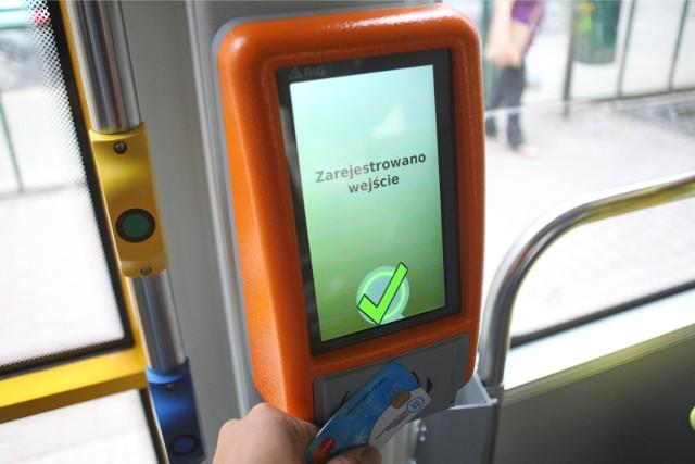 W ciągu najbliższych dwóch lat ZTM planuje uzupełnienie obecnego systemu dystrybucji biletów czasowych o możliwość zakupu biletu w każdym pojeździe za pomocą karty bezstykowej. Zapowiedziano także inne zmiany w poznańskiej komunikacji miejskiej. Sprawdź, co jeszcze zmieni się w najbliższych latach. Przejdź do galerii ----------->