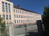 Skunks, zamknięta szkoła i bardzo śmierdzący problem