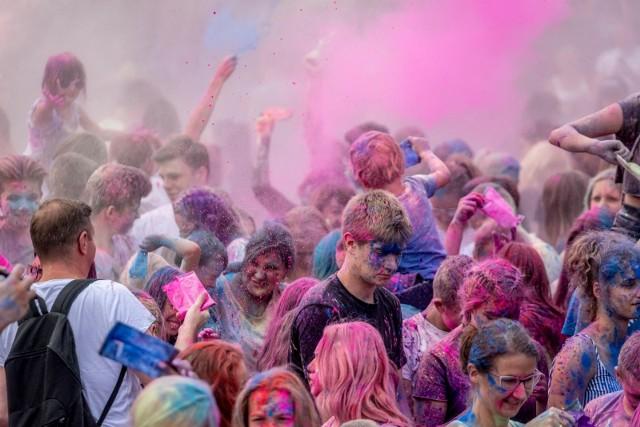 1 sierpnia nad Maltą odbędzie się Festiwal Kolorów. To popularna zabawa polega na wyrzucaniu w górę przez tysiące ludzi Kolorów Holi, które tworzą wielką barwną chmurę!
