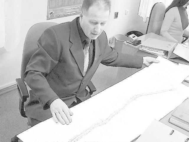Sylwester Dalasiński, kierownik Wydziału Inwestycji Urzędu Miejskiego, prezentuje plan przebudowy ulicy Macieja Rataja