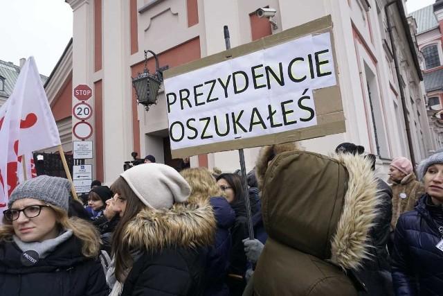 W Dzień Pracownika Socjalnego zatrudnieni w Miejskim Ośrodku Pomocy Rodzinie w Poznaniu, asystenci rodzin, koordynatorzy protestowali pod siedzibą urzędu miejskiego.Przejdź do kolejnego zdjęcia --->