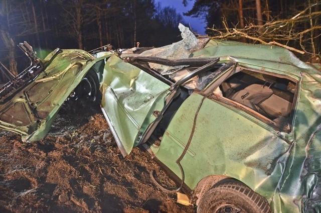 """Tragiczny wypadek wydarzył się we wtorek, 18 kwietnia, w nocy koło Nowogrodu Bobrzańskiego. Audi A3 wypadło z drogi i uderzyło w drzewa. Zginęły dwie osoby, trzy ranne trafiły do szpitala w Zielonej Górze. Do spowodowania wypadku przyznała się 20-latka.Śledczy musieli ustalić, kto prowadził audi w chwili tragedii. Okazało się, że kierowcą była 20-latka. Przyznała się do spowodowania śmiertelnego wypadku. Złożyła obszerne wyjaśnienia. – Kierująca przyznała się do znacznego przekroczenia dopuszczalnej prędkości na tym odcinku drogi – mówi prokurator Marcin Baworowski, szef zielonogórskiej prokuratury rejonowej. Wyjaśniała, że podczas szybkiej jazdy straciła panowanie nad samochodem i wypadła na pobocze. Potem audi uderzyło w drzewa.Prokuratura czeka na opinię biegłego dotyczącą samochodu. – Chodzi o stan techniczny pojazdu, na obecną chwilę nic nie wskazuje jednak na wadę samochodu, która miałaby wpływ na wypadek – mówi prokurator Andrzej Stefanowski z zielonogórskiej prokuratury okręgowej.20-latka usłyszała już zarzuty spowodowania śmiertelnego wypadku, za co grozi jej kara do 8 lat więzienia. W chwili spowodowania wypadku była trzeźwa. Prokurator zastosował wobec kobiety poręcznie w wysokości 10 tys. zł.Do wypadku doszło 18 kwietnia około godz. 3.00 w nocy. Rozpędzone audi A3 wypadło z drogi i roztrzaskało się o drzewa na """"trasie śmierci"""" koło Nowogrodu Bobrzańskiego. Siła uderzenia była ogromna. Na miejscu zginęła jedna osoba, 20-letni mężczyzna. Druga osoba, 19-letnia kobieta, mimo wysiłków lekarzy zmarła w szpitalu. Do szpitala trafiły także trzy osoby z audi. Jedną z nich był mężczyzna poszukiwany do odbycia kary.Zobacz też: Tragiczny wypadek na S3. Zginęło sześć osób. Jechali do pracy"""