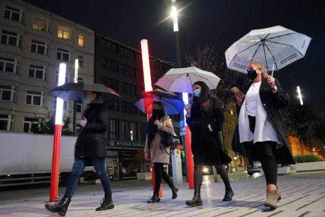 """Od soboty na Świętym Marcinie odbywają się """"Spacery z parasolką"""". To forma protestu przeciwko zaostrzeniu prawa aborcyjnego w Polsce. Manifestujący spotykają się i przez 15 minut spacerują w kompletnej ciszy. Plan na wtorkowy spacer był jasny - najpierw niemy protest i 15 minut marszu w ciszy, a później ewentualnie blokada drogi i pójście na protest na placu Wolności o godz. 19.Przejdź do następnego zdjęcia ------>"""