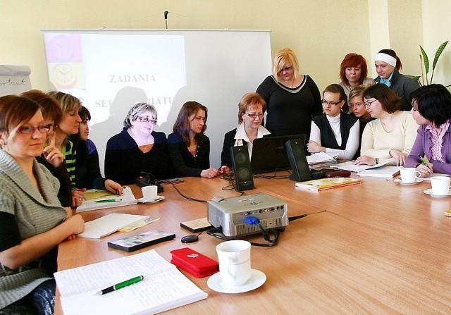 15 pań bierze udział w kursie na sekretarkę. Dodatkowo uczą się języka angielskiego