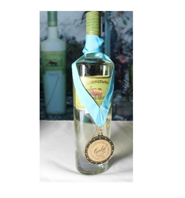 Żubrówka, sprzedawana na rynku amerykańskim pod nazwą ZU, jest oryginalną wódką smakową z trawą żubrową o 600-letniej tradycji. Produkuje ją Polmos Białystok.