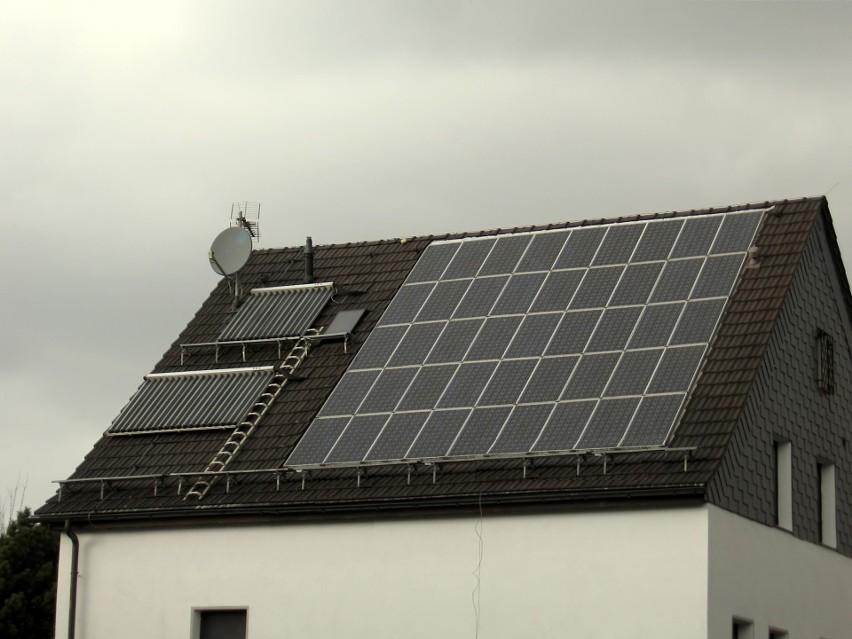 Ekologia w budownictwie - dach z zamontowanymi solarami...