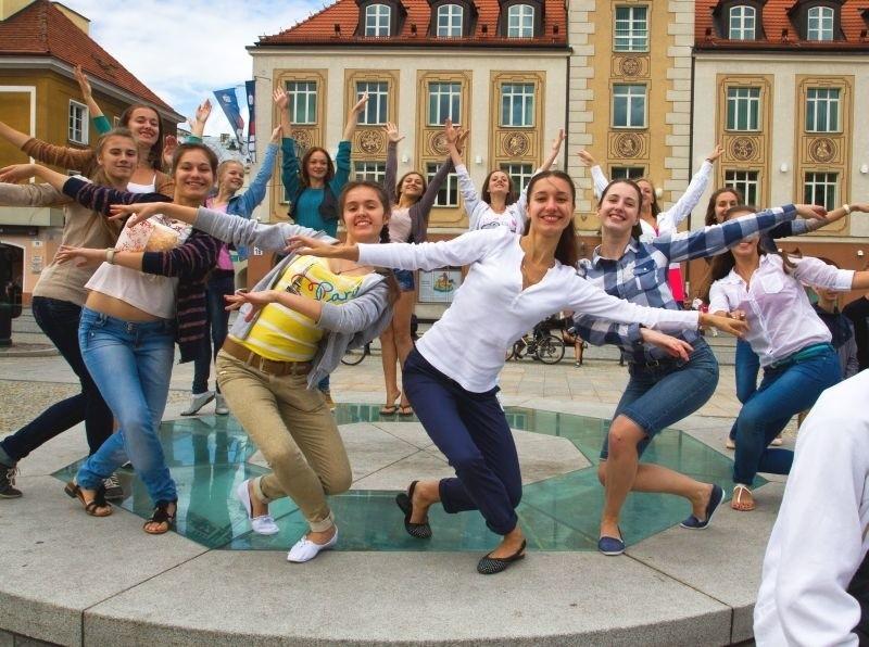 Zespół Prolisok jest laureatem wielu międzynarodowych festiwali, występował m.in. w Czechach, Brazylii, Maroku i Japonii. Do Białegostoku przyjechało 35 młodych tancerzy. Są mile zaskoczeni miastem i mieszkańcami.