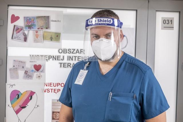 Specjalista medycyny ratunkowej, lek. Patryk Konieczka, szef SOR w HCP i wiceprezes Porozumienia Lekarzy Medycyny Ratunkowej mówi o aktualnej sytuacji w związku z pandemią koronawirusa w Polsce. - Przegraliśmy z pandemią.