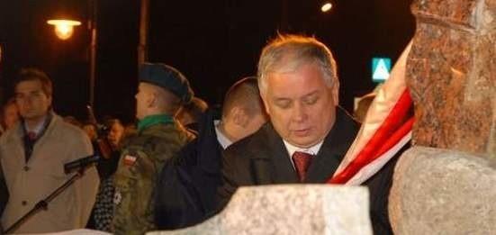 Prezydent Lech Kaczyński podczas odsłaniania pomnika ofiar komunizmu w Ostrołęce