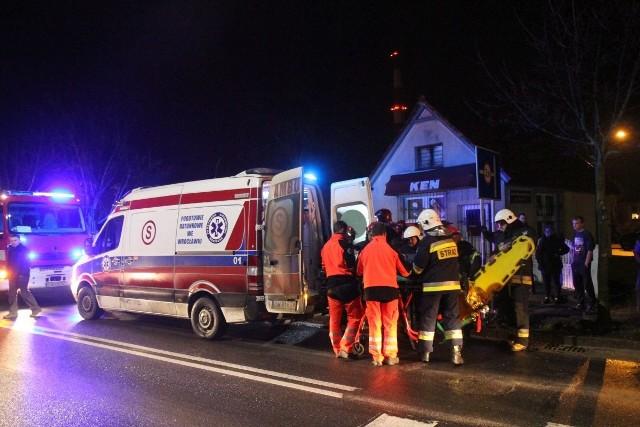 Akcja straży pożarnej i pogotowia ratunkowego w Siechnicach. W porę udzielono pomocy mężczyźnie i uratowano mu życie