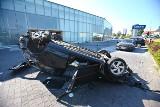 """Wypadek w Bielanach. Mazda """"wleciała"""" do salonu samochodowego"""