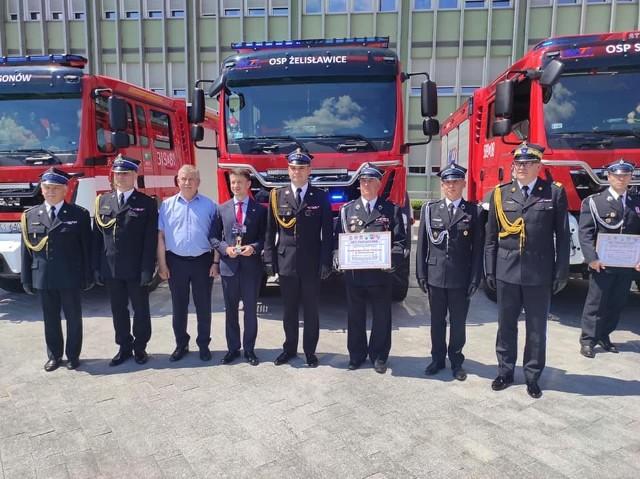 Podczas uroczystości strażakom z Żelisławic towarzyszyli poseł ziemi włoszczowskiej Bartłomiej Dorywalski i wójt gminy Secemin Tadeusz Piekarski.