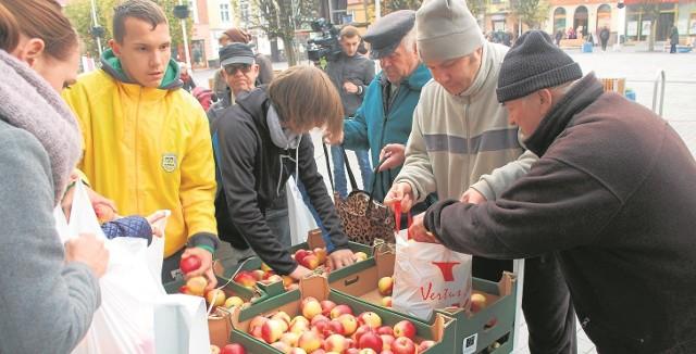 Akcja rozdawania jabłek na rynku w Pucku