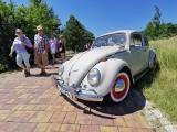 Charytatywny Zlot pojazdów klasycznych w Babicach. Tłumy ludzi przyszły zobaczyć zabytkowe samochody [ZDJĘCIA]