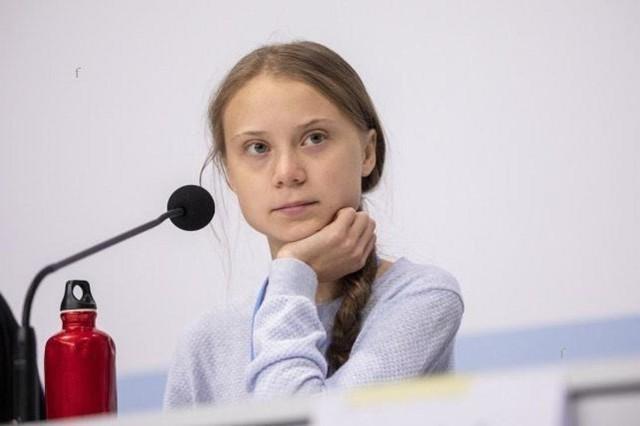 """3 stycznia Greta Thunberg skończy 17 lat. Historia Grety - jako do dziś najbardziej rozpoznawalnej aktywistki na rzecz klimatu w skali świata - zaczęła się mniej niż półtora roku temu. 20 sierpnia 2018 roku Greta Thunberg zamiast do szkoły, gdzie właśnie miała rozpocząć rok szkolny w 9. klasie, udała się pod gmach szwedzkiego parlamentu z niedużym bannerem z napisem """"Szkolny strajk dla klimatu"""". Potem robiła to w każdy kolejny piątek. Już w grudniu 2018 roku Greta została zaproszona przez sekretarza generalnego ONZ na szczyt klimatyczny COP24 w Katowicach. 16 kwietnia wystąpiła na forum Parlamentu Europejskiego. Latem wyruszyła jachtem (należącym do książąt Monaco) na szczyt klimatyczny ONZ w Stanach Zjednoczonych - chciała w ten sposób uniknąć oznaczającej wysoką emisję CO2 podróży samolotem. Tam wystąpiła z bardzo emocjonalnym przemówieniem przed dziesiątkami najważniejszych polityków świata. Zyskała miliony naśladowców wśród młodzieży całego świata organizującej w ślad za nią strajki klimatyczne. Jednocześnie rozpala do białej gorączki działaczy prawicy i neoliberalnych ekonomistów, nie mówiąc o politykach nie przyjmujących do wiadomości kryzysu klimatycznego.  Była jedną z najpoważniejszych kandydatek do tegorocznej Pokojowej Nagrody Nobla."""