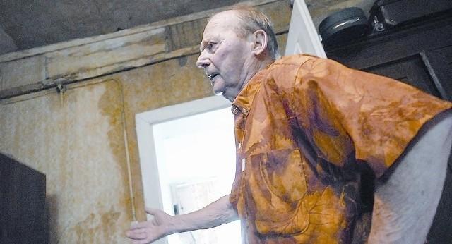 - Czas ucieka, każdy deszcz obraca nasze mieszkanie w ruinę - mówi pan Feliks Wieczorek