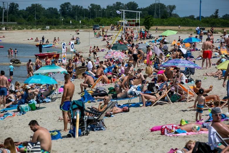 Plaża to taka duża piaskownica, w której wielu dorosłych...