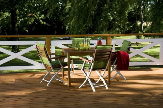 Płot w dwóch kolorachCiekawie wygląda płot drewniany, którego elementy pomalowane są dwoma różnymi produktami.