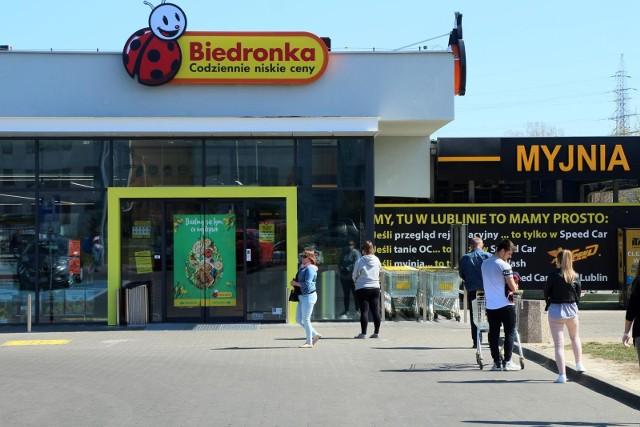 Poczta Polska nawiązała współpracę z siecią supermarketów Biedronka, dzięki czemu będą one otwarte także w niedzielę. W ten sam sposób zakaz handlu omija Żabka, a nawet supermarkety budowlane Bricomarche. Teraz usługę odbioru paczek świadczyć będą sklepy Biedronka. Które dokładnie? W sieci pojawiła się lista. Znalazły się na niej supermarkety z Torunia i regionu.Supermarkety Biedronka już 19 lipca formalnie mają stać się placówkami pocztowymi. Brzmi kuriozalnie, ale w ten sposób coraz więcej dyskontów handlowych omija zakaz handlu w niedziele. Biedronka unika jednak medialnego rozgłosu, a usługi pocztowe wdraża po cichu. Oficjalnie nie wiemy, które dokładnie sklepy będą otwarte już w najbliższą niedziele. Ma to być minimum 55 placówek. Które dokładnie będą otwarte? Sieć trzyma to w tajemnicy, jednak do nieoficjalnej listy dotarł portal wiadomoscihandlowe.pl. ZOBACZ LISTĘ W DALSZEJ CZĘŚCI GALERII. MIEJSCOWOŚCI PRZEDSTAWIAMY W KOLEJNOŚCI ALFABETYCZNEJ --->POLECAMY TAKŻE: Oto najtańszy sklep w Polsce. Nie jest to Biedronka ani Lidl! Zobacz ranking