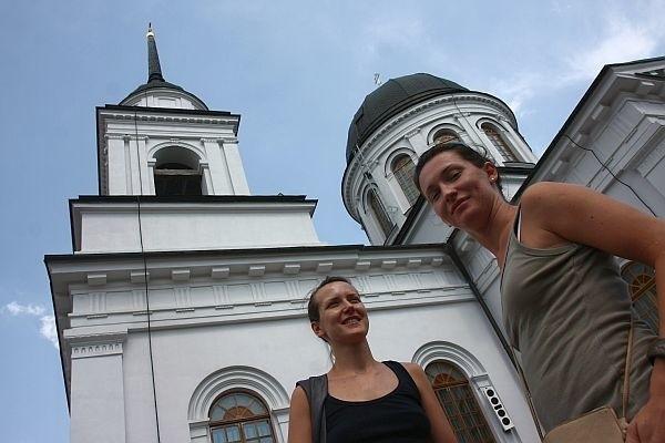 Mało jest miejsc w Polsce, gdzie są tak piękne i interesujące świątynie jak ta – mówi Sylwia Lubańska z Warszawy (z prawej). Razem z koleżanką zwiedzała w sobotę cerkiew św. Mikołaja.