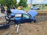 Wypadek pod Poznaniem: Na przejeździe kolejowym w Szreniawie zderzył się samochód osobowy z pociągiem. Jedna osoba trafiła do szpitala