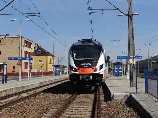 """""""Wsiąść do pociągu…"""" ale nie do byle jakiego, a wakacyjnego pociągu linii Kielce-Sandomierz oraz Rzeszów-Sandomierz. Letnie połączenia linii kolejowych wystartują z obydwu miast w weekend 26 czerwca."""
