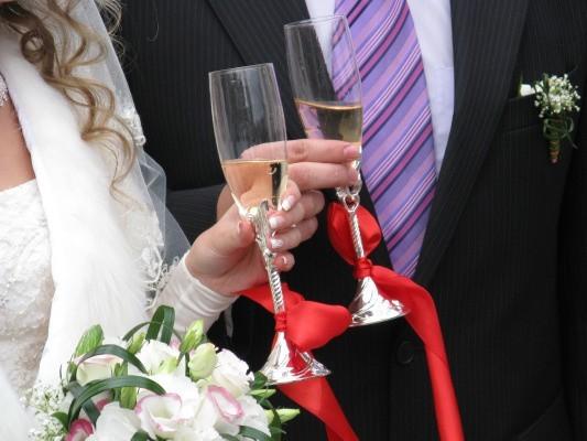 W Urzędach Stanu Cywilnego, tuż po ceremonii, wznosi się toast za pomyślność młodej pary.