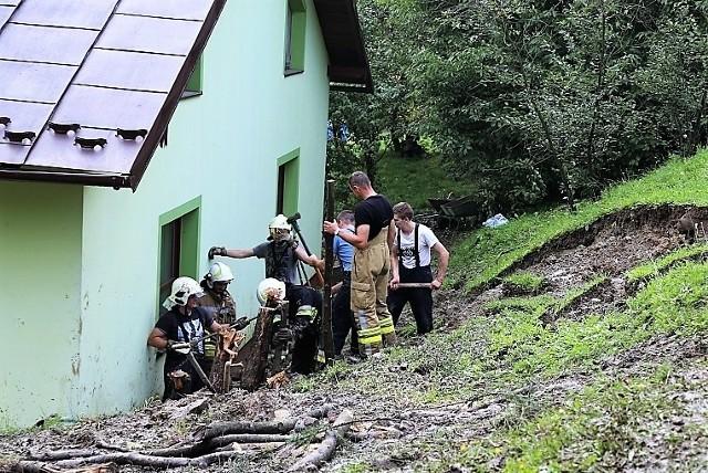 W Ropie strażacy pracowali przy budynku, na który po opadach osunęły się zwały ziemi. Sprawna akcja uratowała dom