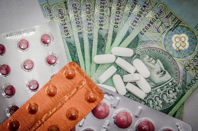 W górę pójdą ceny 478 różnych medykamentów, z kolei mniej w okienkach aptekach pacjenci zapłacą za 646 preparatów.