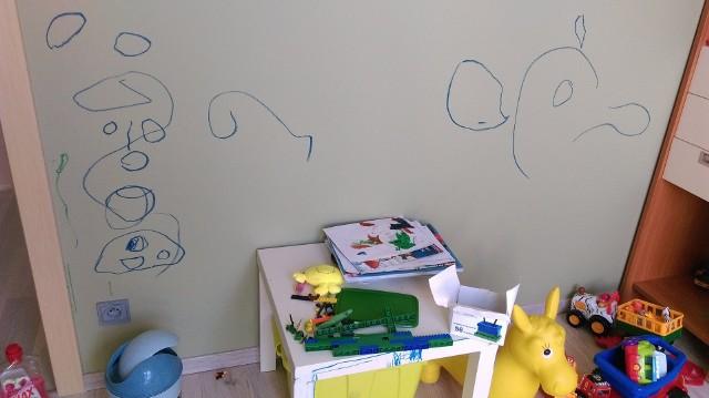 Podpis do zdjęcia: Flamastry, kredki świecowe czy farby w rękach dzieci mogą być niebezpiecznym narzędziem. Tak pomalowane podłogi, meble i ściany to efekt kilkuminutowej zabawy dziecka.