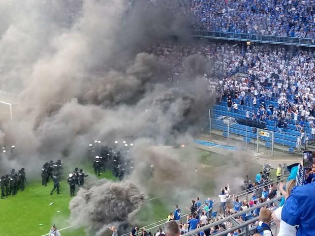 W trakcie meczu Lech - Legia w maju 2018 r. część kibiców wyłamała ogrodzenie i wbiegał na murawę. Poznański sąd za udział w zadymie skazał sześciu z nich. Trzech z nich zostało skazanych na kary bezwzględnego więzienia. Zobacz więcej zdjęć z zajść na meczu ---->