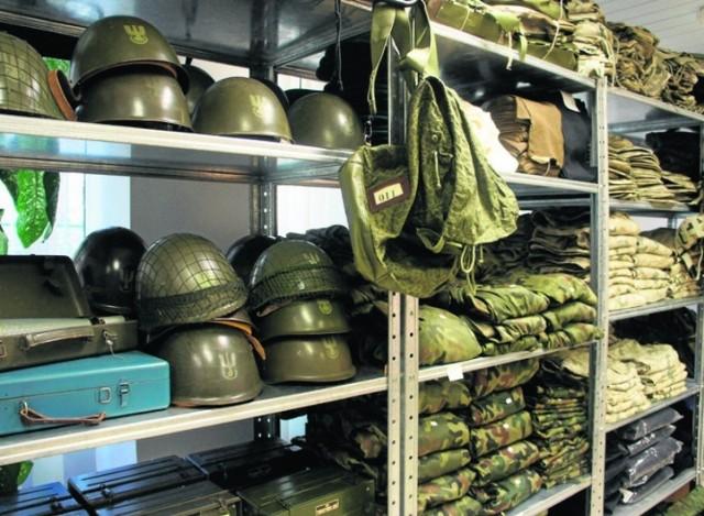 Zakupy w czasach epidemii koronawirusa muszą być bezpieczne. Taką ofertę ma Agencja Mienia Wojskowego, która sprzedaje odzież, obuwie i sprzęt przez internet. . To rzeczy, których w normalnych sklepach nie kupisz. Wykonane zostały z solidnych materiałów, są funkcjonalne i wygodne. Większość z nich została wyprodukowana w Polsce. Na pewno zachwycą wielbicieli stylu militarnego, ale tak naprawdę każdy może znaleźć coś dla siebie. Zobaczcie, co nam wpadło w oko. Wszystkie oferty pochodzą ze strony sklepu internetowego Agencji Mienia Wojskowego. Polecamy: Zarobki w wojsku w 2020 r. Ile zarobi żołnierz zawodowy po podwyżce? Zobacz nieoficjalną siatkę wynagrodzeńObejrzyj film i zainspiruj się: Zobacz wideo: Wyprzedaż w wojsku. Armia pozbyła się części starszego wyposażeniaWideo: TVN24