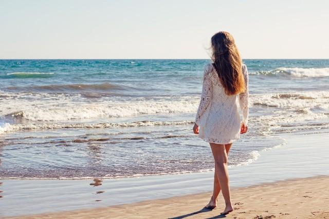Modne sukienki na lato 2021 Białe sukienki to hit wśród kreacji na lato 2021. Są romantyczne, zwiewne, bardzo kobiece i bardzo wygodne. Biała sukienka to najmodniejsza kreacja na lato 2021!Do wyboru są zarówno klasyczne, jak i nowoczesne a nawet ekstrawaganckie modele białych sukienek na lato. Biały kolor jest uniwersalny, pasuje do wszystkiego i na niemal wszystkie okazje.Zobacz najmodniejsze białe sukienki na lato 2021 i sprawdź, czy znajdziesz sukienkę idealną dla siebie >>>>>