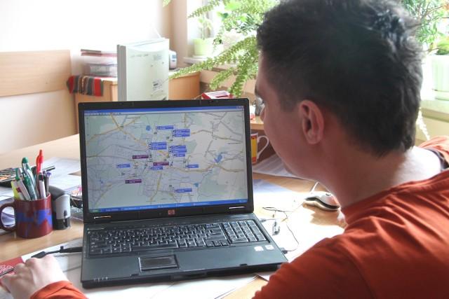 Pracownik Wodociągów na ekranie komputera kontroluje wszystkie pojazdy.
